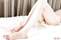 Man rubs his cock against Anna Matsuda legs and cums over thigh